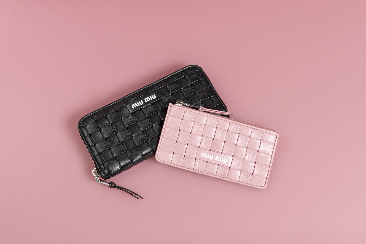 (左)ラウンドジップ財布〈H9.5×W19.5cm〉¥76,000、(右)コインケース〈H8×W15cm〉¥47,000  ※ともに世界先行発売、予定価格/ミュウミュウ クライアントサービス