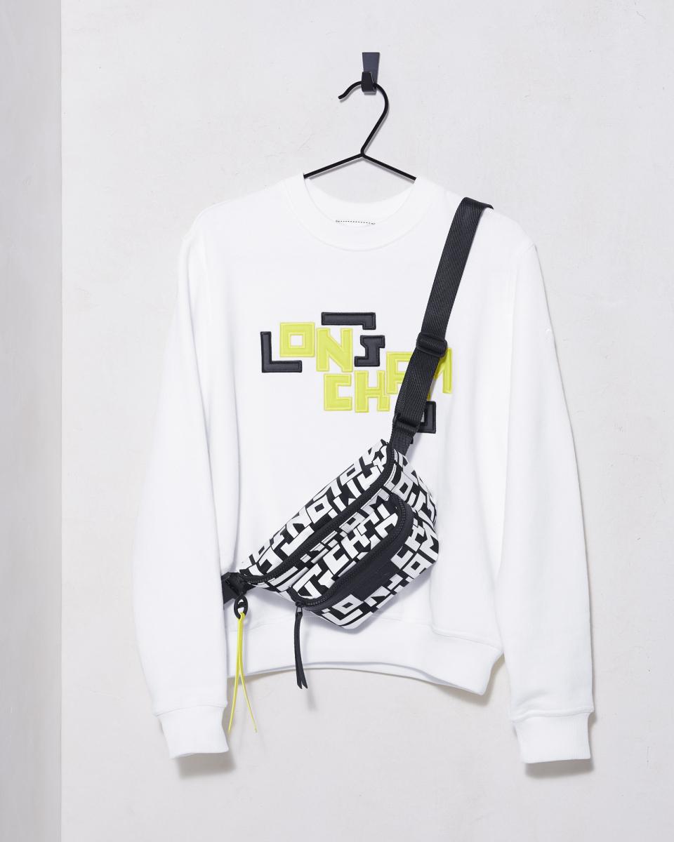 スウェットシャツ ¥29,000、ウエストバッグ(M)¥28,000/