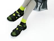 キーワード5:蛍光色×ライトグレーのレッグウェアが新鮮