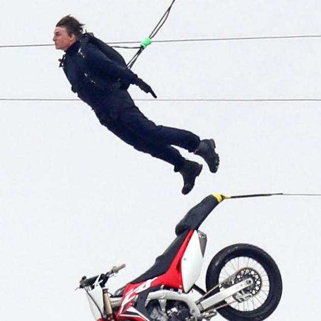 「アクション引退目前」と噂されるトム・クルーズ58歳、最新映画の撮影で空中にダイブ!