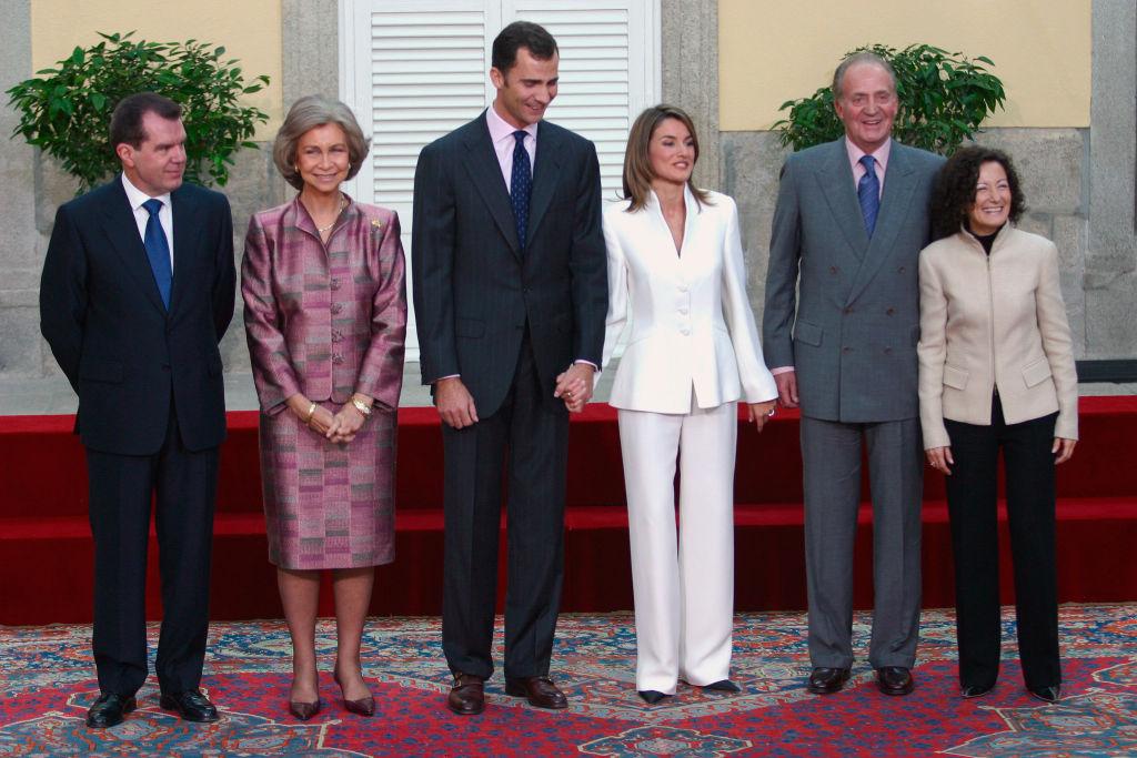 婚約式では、ひと際目立つ白のアルマーニのパンツスーツで会場の視線を独り占めにしたレティシア妃。その後行われた会見では、「私にもしゃべらせて」とフェリペ6世の話を遮るなど、ジャーナリスト魂が垣間見える場面も。(2003年)
