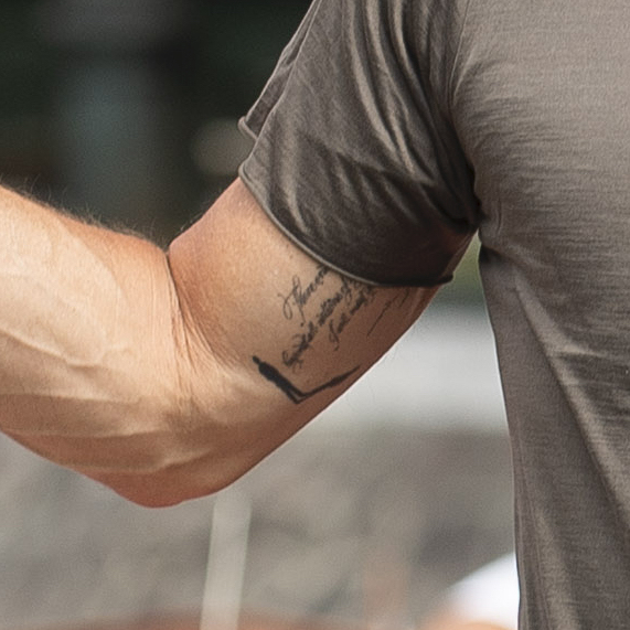 そんなブラピの右腕に、新たなタトゥーが加わっていたことが発覚! その意味や入れた理由はいまだ不明。
