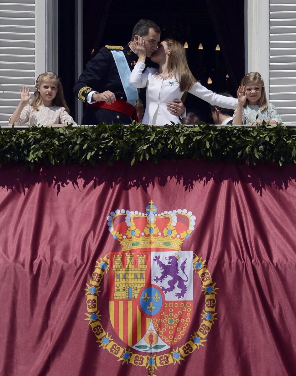 2014年6月19日、フェリペ6世が国王に即位したことでレティシア妃は王妃となる。バルコニーで行った挨拶では嬉しさのあまってか、フェリぺ6世の顔をぐいっと寄せて大胆にキス! この写真がニュースのヘッドラインを飾ったことはいうまでもない。