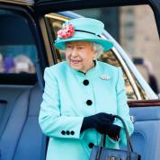 英エリザベス女王がウィンドウショッピング! 異例の出来事に英王室ファンも大興奮