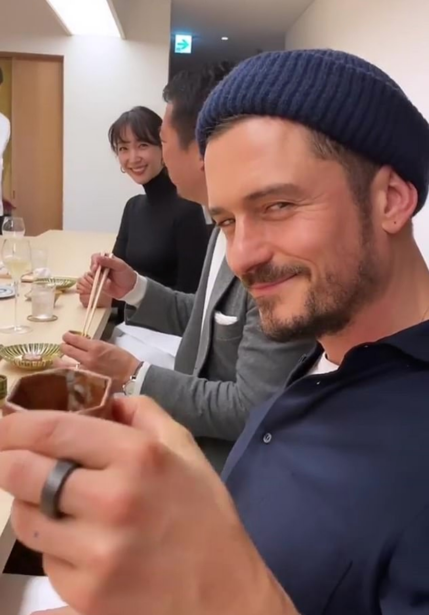 ちょうど同じ頃に日本を訪れていたのが、ケイティ・ペリーとオーランド・ブルーム。日本酒を片手に、早くもほろ酔い気味?