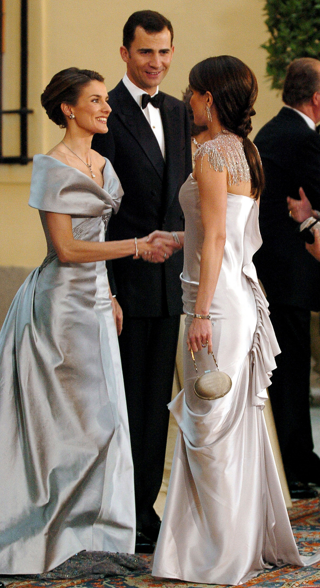 結婚式前夜に催された晩餐会では、ゴージャスなシルバーのイブニングドレスを纏ったレティシア妃。持ち前の社交性を武器に、他国のロイヤルファミリーに堂々と挨拶。そんなフィアンセを微笑ましく見守るフェリペ6世の姿も。(2004年)
