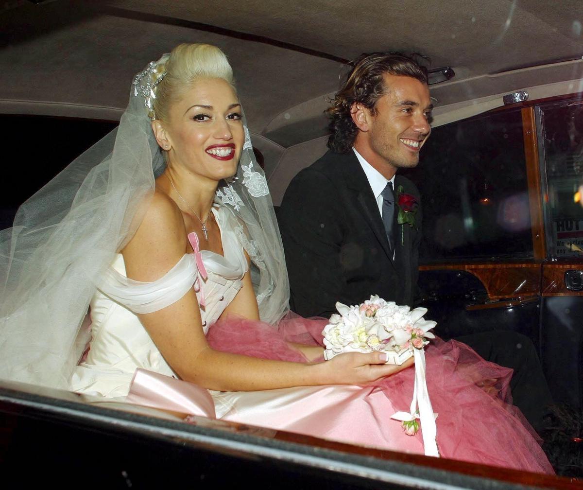キャリアが勢いづいてきた2002年、ロンドンでギャビンと結婚! ピンクのグラデーションが目を引くドレスは、ジョン・ガリアーノ(58)によるディオールのオートクチュール。あえて純白を選ばないところがグウェンらしい?