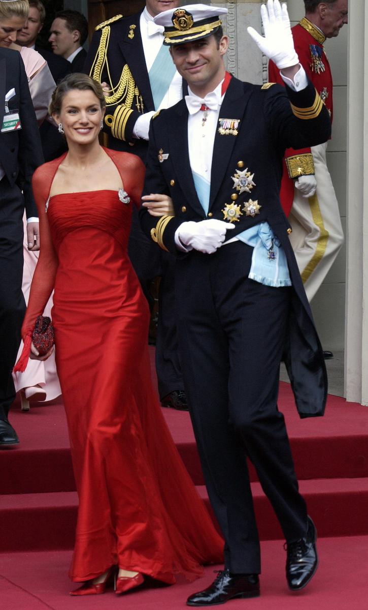晴れてフェリペ6世のフィアンセとなったレティシア妃は、公務に顔を出すように。2004年に行われたデンマークのフレデリック皇太子の結婚式には、真っ赤なドレスで参加。ハリウッド女優顔負けの美しさでゲストを魅了!