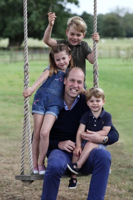 そんなジョージ王子は「自分の殻を破り、自信を持ち始めている」といい、また「優しくて思いやりのある子」と伝えられている。
