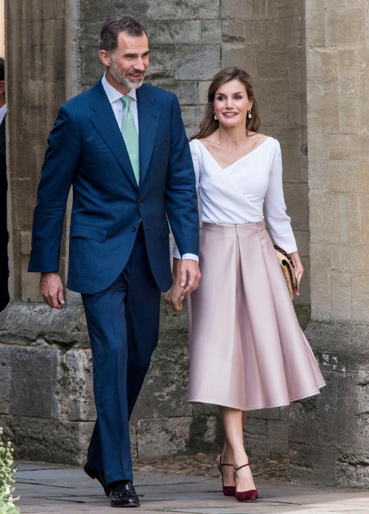 レティシア妃といえば、ザラやマンゴなどファストブランドを愛用していることでも有名。公務でロンドンを訪れた際には、トップショップのフレアスカートを現地調達。すぐさまコーディネートに取り入れ、注目を集めた。(2017年)