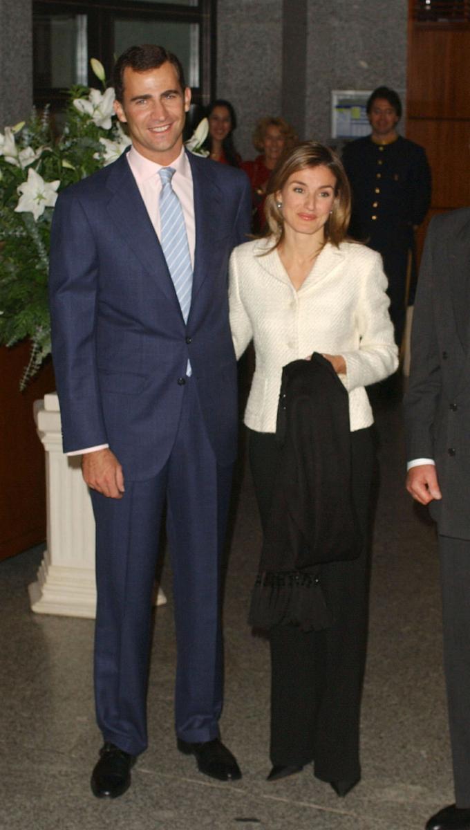 2003年11月、出会いから1年あまりでスピード婚約を果たす。民間出身かつバツイチの女性との結婚に反対する国王夫妻を前に、フェリペ6世が「レティシアと結婚できないならば王冠を捨ててもいい」と言い放ったのは有名な話。