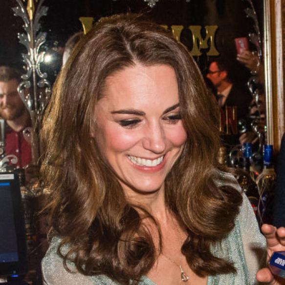 英キャサリン妃、バーでビールを注ぐ! 庶民派な姿に好感度はますますアップ?