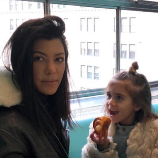 【SPUR】すっかりママの顔! コートニー・カーダシアンが娘たちを連れてティファニーで朝食
