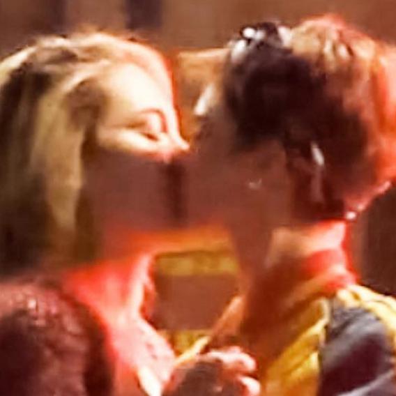 ビッグカップル誕生! カーラ・デルヴィーニュ&パリス・ジャクソンが路上で熱烈キス
