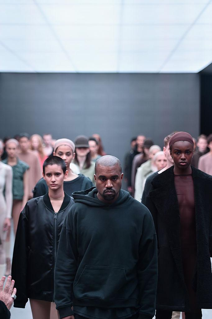 右葉曲折を経て、2013年、アディダスとの契約をきっかけに、本格的にファッション業界に参入。コラボレーションしたスニーカー「YEEZY BOOST」は、即完売の人気シリーズとなる。また同時に、ミニマムをテーマにしたアパレルライン「YEEZY」もローンチ。気分屋なカニエらしく、現在もコレクションの発表は不定期。