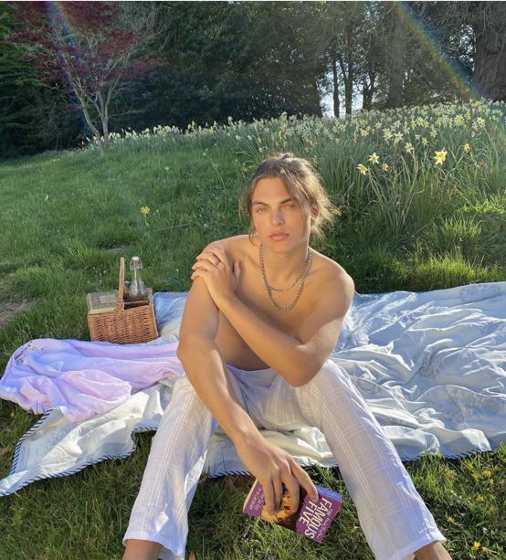 インスタグラムで披露したのは、庭でくつろぐ半裸ショット。夕日を浴びて、その美しさはいつもの数倍増し⁉︎