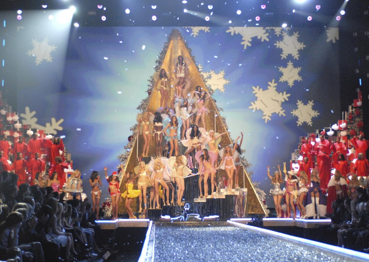 2007年に行われたショーのラストシーンを飾ったのは、高くそびえ立つエンジェルツリー! 何とも楽しそうなモデルたちを前に、ホリデー気分は最高潮。