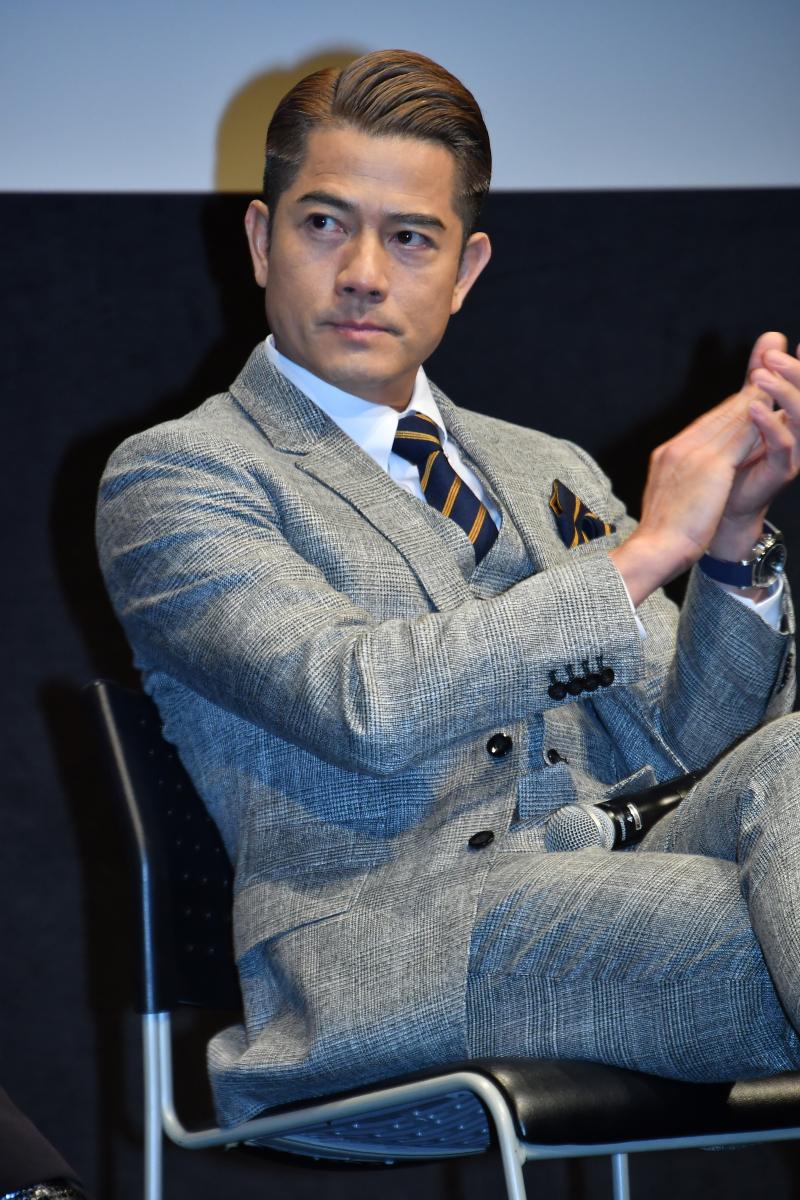 「香港四天王」のひとりとして、今なお絶大な人気を誇るアーロン・クォック(54)。ダンサー出身ということもあり、映画でのアクション、コンサートや舞台でのパフォーマンスは、どれもスマートでキレキレ! ダンディな身のこなしから「スーツが似合う俳優」としても一目置かれる存在。
