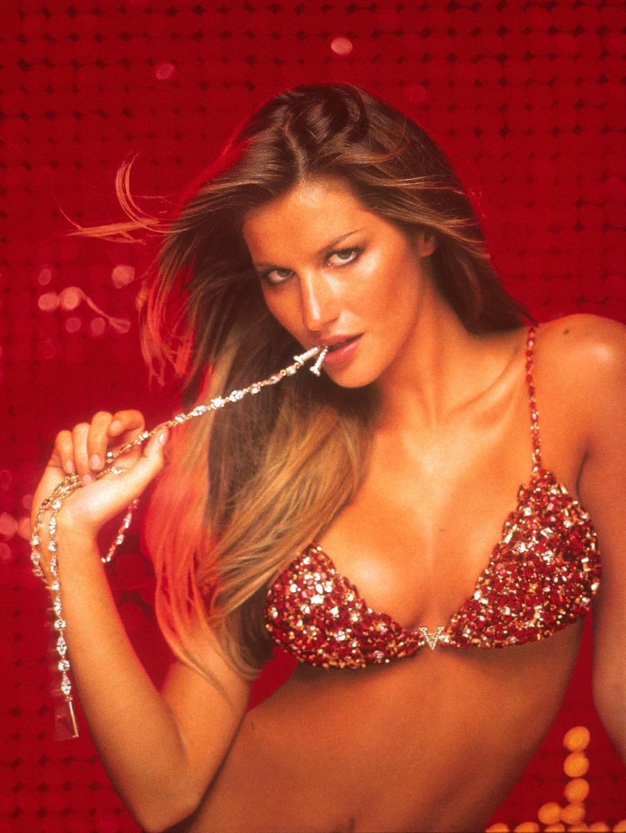 2000年に発表された、ダイヤモンドとルビーが煌めく「レッド ホット ファンタジー ブラ」(約16.8億円)。センターにはブランドの頭文字「V」のジュエリーがきらり。当時「世界で最も高額なランジェリー」として、ギネス世界記録に認定! モデルはジゼル・ブンチェン。