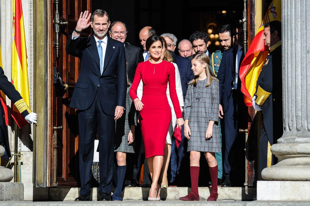 2018年12月、スペイン憲法制定40周年のイベントに登場した国王一家。この日レティシア妃が着用したのは、ナショナルカラーの赤を意識したキャロリーナ・ヘレラのペンシルドレス。先陣を切って歩く姿は、王妃の貫禄たっぷり!