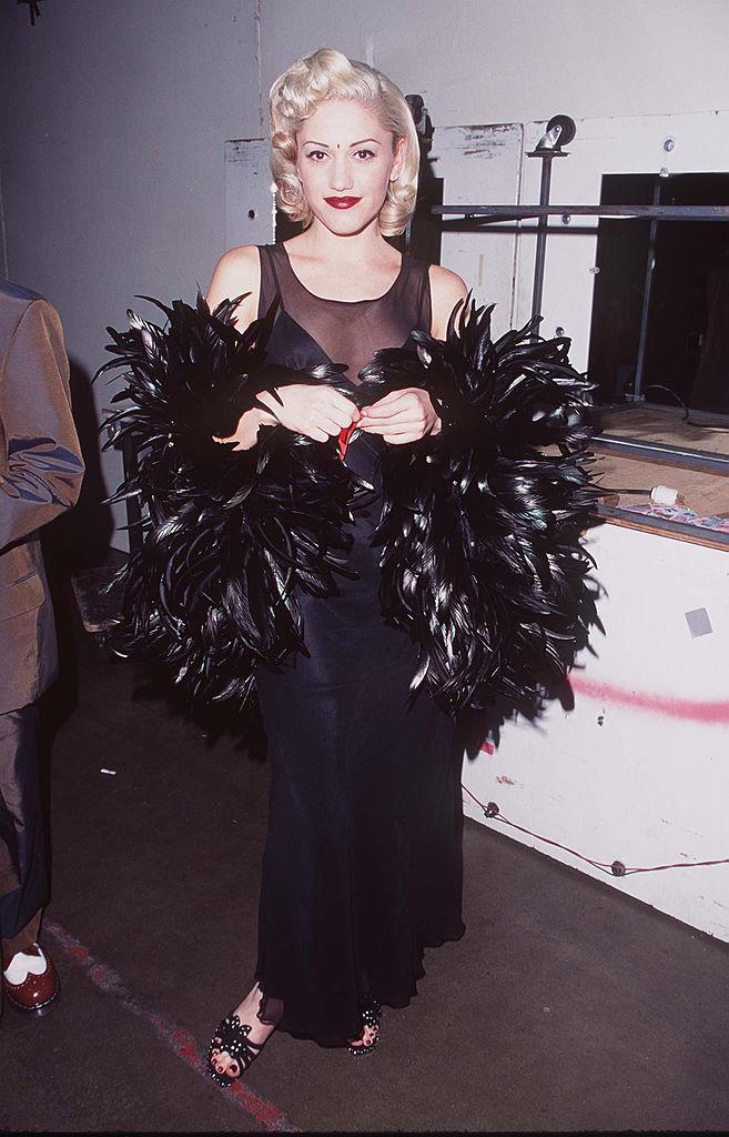 デビュー間もなくは鳴かず飛ばずだったものの、1995年にリリースしたセカンドアルバム『トラジック・キングダム』が大ヒット! 初の「アメリカン・ミュージック・アワード」では、ブラックのフェザーを纏い、華麗にドレスアップ。