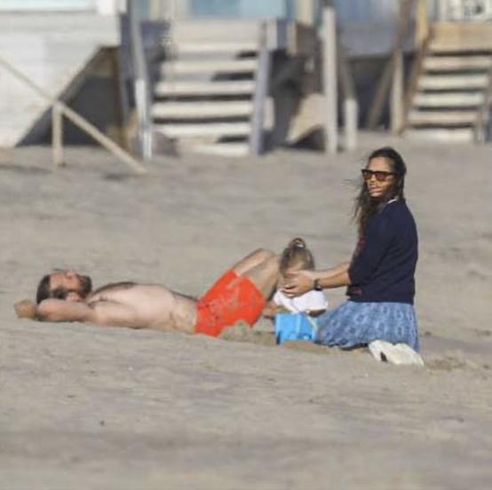 マリブのビーチでキャッチされたふたり。海沿いのレストランで食事をしたあと、砂浜でくつろぐ様子がとらえられた。