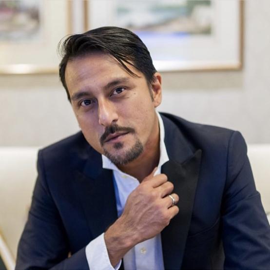 俳優、監督、プロデューサーなど、あらゆる肩書きをもつマレーシアのブロント・パラレ(42)。サッカー映画『Ola Bola』(2016年)をヒットに導いたほか、シンガポールを拠点にするHBOアジアと仕事をするなど、活動の幅を広げている。スーツ姿に惚れるファンが続出⁉︎