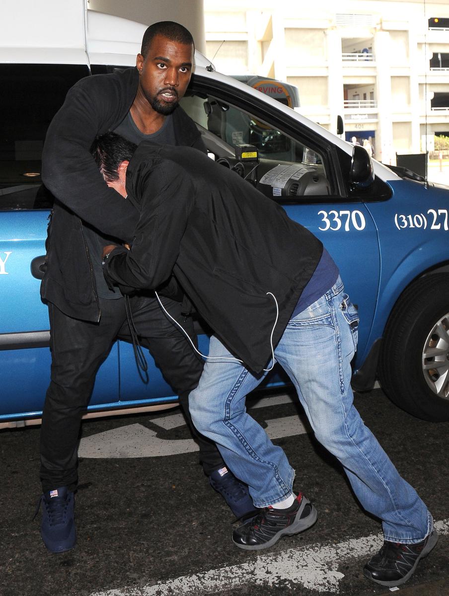 カッとなりやすい短気な性格で知られるカニエは、執拗に追いかけてくるパパラッチを攻撃することもしばしば。2008年にはパパラッチのカメラを壊し、器物破損で逮捕。2013年にはカメラを奪おうとしてもみ合いに! その瞬間をバッチリ撮られてしまったカニエは、暴行罪と強盗未遂罪で訴えられる。(その後、カニエが謝罪し和解した)