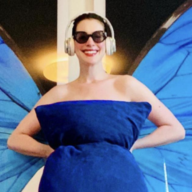 「ピローチャレンジ」を制したのはアン・ハサウェイ⁉︎ 枕を使ったドレス姿で大ヒット映画をオマージュ