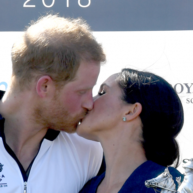 【SPUR】新婚ヘンリー王子&メーガン妃がロイヤルキス! ダイアナ元妃を思わせるとファンも大興奮