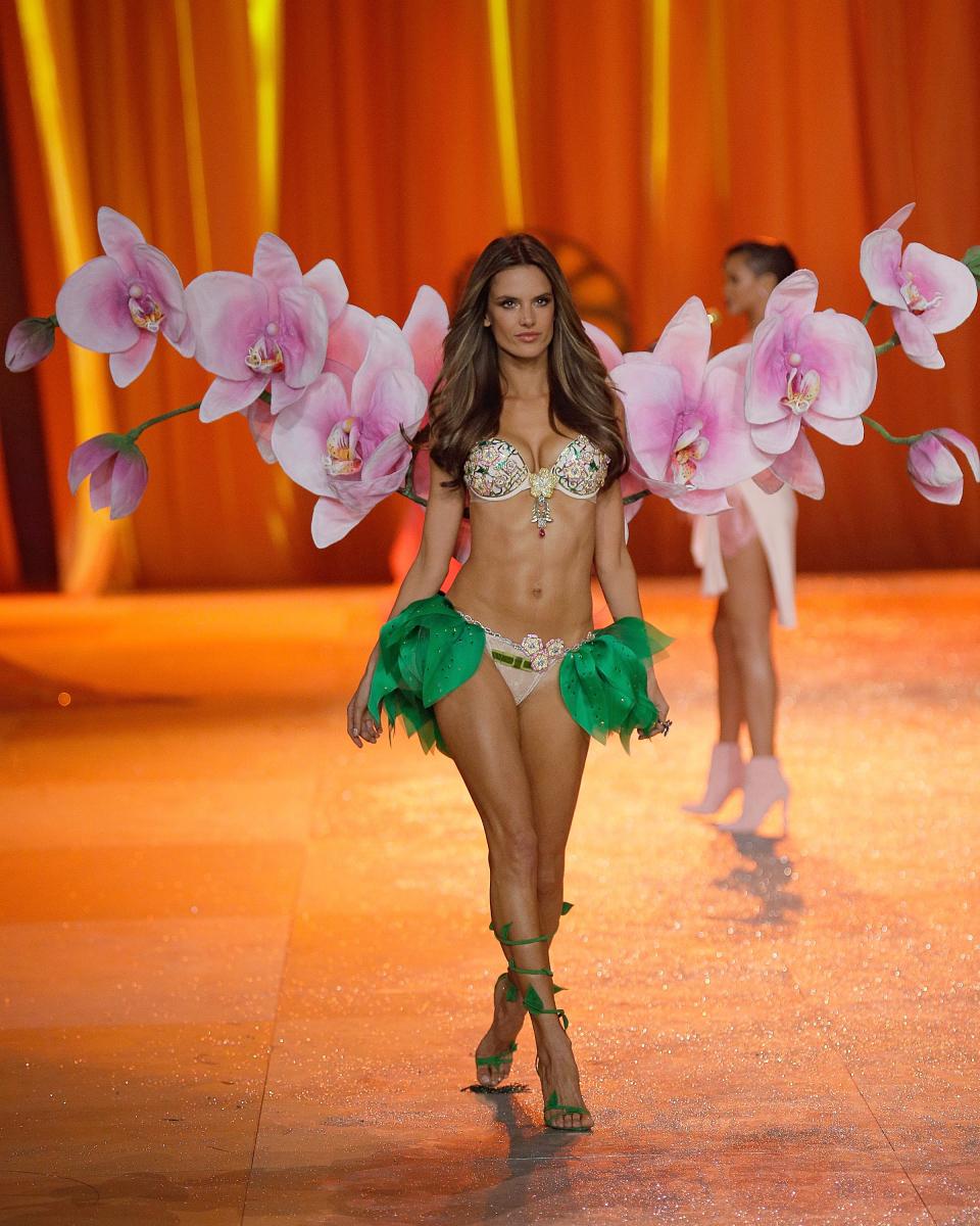 2012年、6年間のエンジェル時代を経て、ついにファンタジーブラの着用権を手にしたアレッサンドラ・アンブロジオ。披露したのは、5,200個ものカラフルな宝石が輝く「フローラル ファンタジー ブラ」(約2.8億円)。