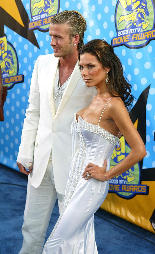 デヴィッドの爆発的な人気と相まって、Aリストセレブへとのし上がったヴィクトリア。私服はカジュアルになっても、ドレスアップは手を抜かないのがヴィクトリアの流儀。2003年の「MTVムービー・アワード」では、ひと際目を引く純白のドレスで会場を沸かせた。