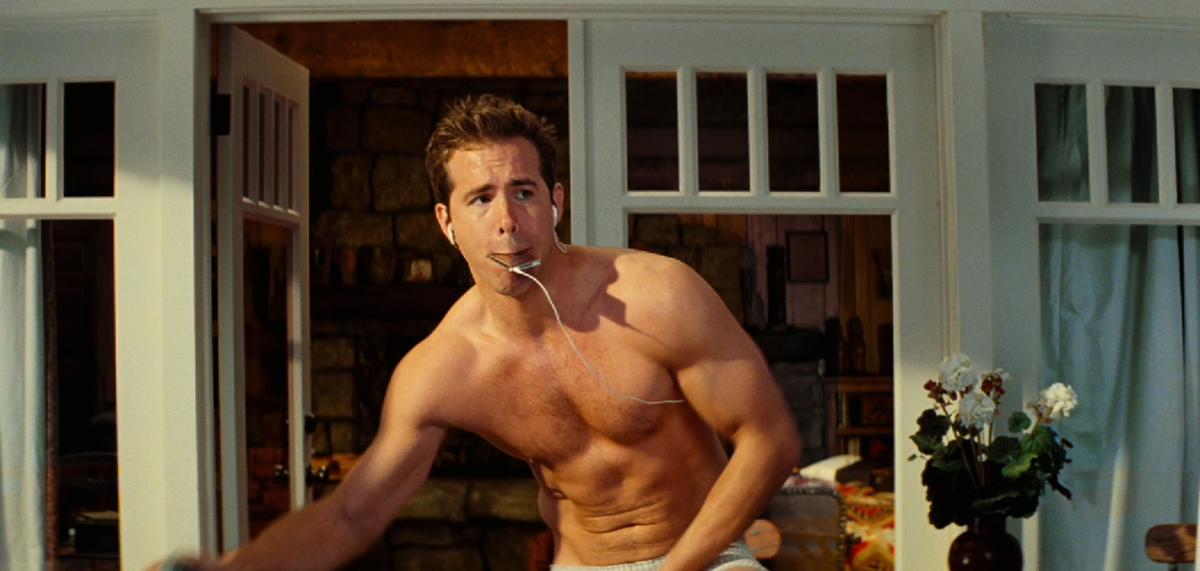 ブレイク・ライブリー(32)と結婚し、3人の子どもをもつライアン・レイノルズ(43)。すっかりパパのイメージが強くなるも、「脱いだらスゴイ」俳優のひとり。サンドラ・ブロック(55)と共演した映画『あなたは私のムコになる』では、セクシーなヌードも公開!