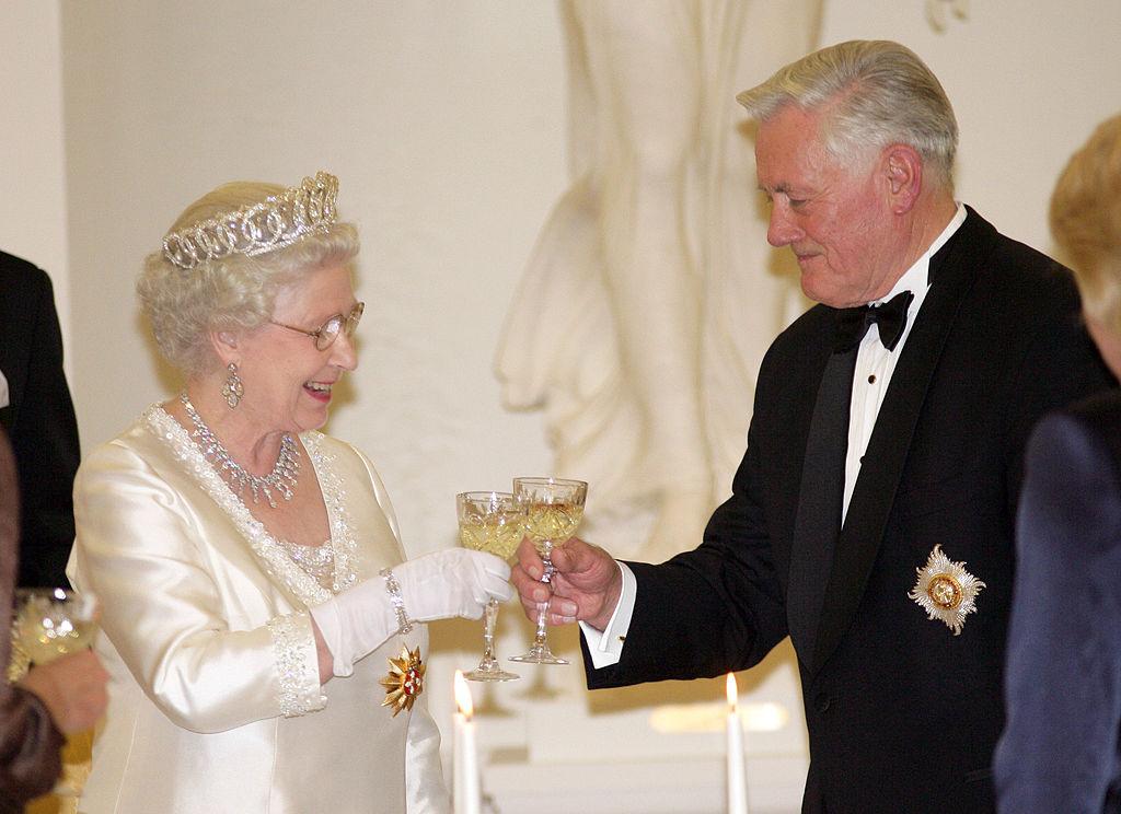 エリザベス女王は、ジンとデュボネを組み合わせたカクテルがお気に入り。「バッキンガム・パレス・ジン」は、ジンを愛するエリザベス女王のアイデアかも?