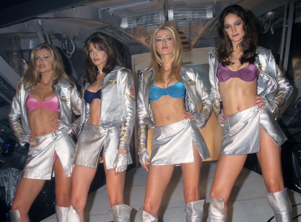 1998年、写真左に写るダニエラ・ペストヴァが「ドリーム エンジェル ファンタジー ブラ」(約5.6億円)を披露。ダイヤモンドとルビーを花びらに見立てたフェミニンなデザインは「ファンタジーブラ史上最も実用的!」との声が上がっていたものの、残念ながら写真は残っておらず。