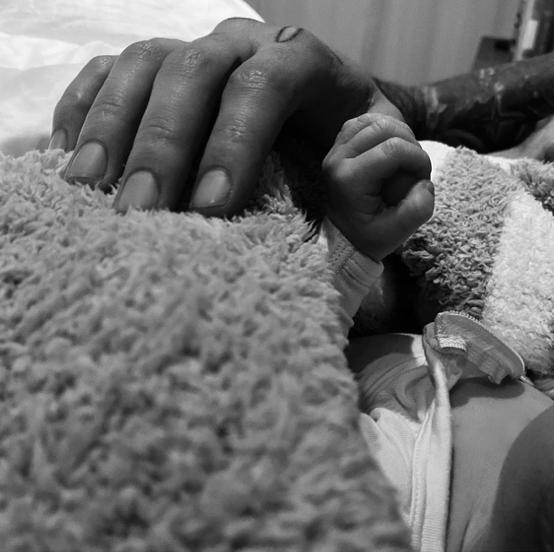 数時間後には、ジジもインスタグラムを更新。コメントと一緒に、今度はゼインの親指を握りしめるベビーの写真がアップされた。