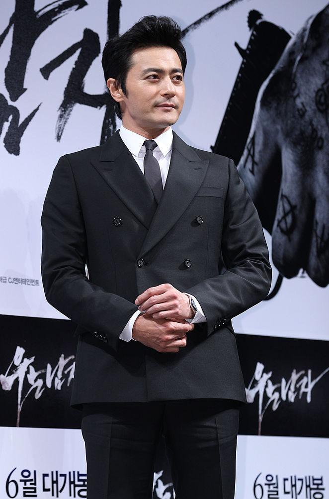 「韓流四天王」のひとりで、日本でも一大ブームを巻き起こしたチャン・ドンゴン(48)。アイドルイメージから脱却し、現在は貫禄たっぷりのアラフィフ俳優に。2018年には『SUITS』、2019年には『アスダル年代記』に出演し、ベテラン枠として新たな境地を切り開いている。
