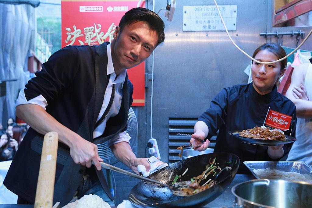 両親ともに芸能人、生粋のハンサムフェイスをもつ香港のニコラス・ツェー(40)。歌手・俳優のほか、映画の制作会社や飲食店を立ち上げるなど、ビジネスにも積極的。さらに近年は「料理男子」として有名で、中国で冠番組をもつほど。キラキラした料理姿に、隣の女性も釘づけ⁉︎