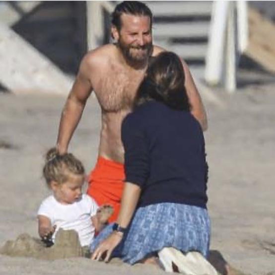日光浴を楽しむブラッドリーに、リアと砂遊びをするジェニファー。ふたりの姿は、まるで気心の知れたカップルのよう!