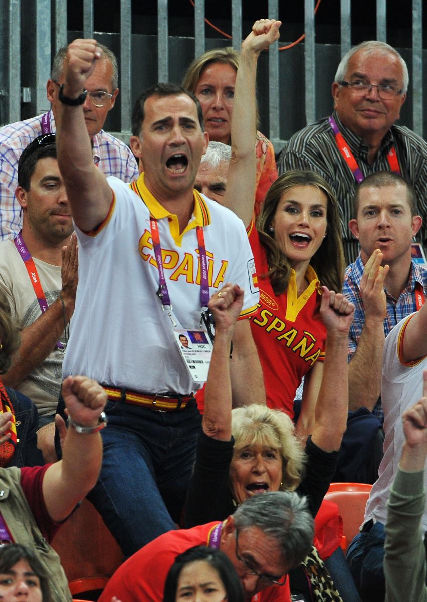 ロンドンオリンピックを訪れていたレティシア妃とフェリペ6世は、ハンドボールの試合観戦へ。お揃いのユニフォームを着て気合い十分のふたりは、スペインチームが得点するなり立ち上がってガッツポーズ!(2012年)