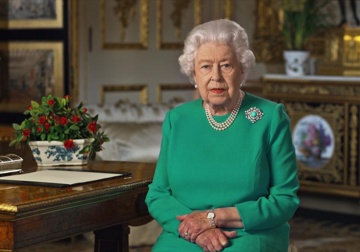 第一次世界大戦を乗り越えた祖母のブローチを胸に、異例のテレビ演説を行ったエリザベス女王(93)。しかし、国民への発信はこれに止まらず、イースターでも再びスピーチ。「私たちはコロナウイルスに屈しない」という力強い言葉で勇気づけた。
