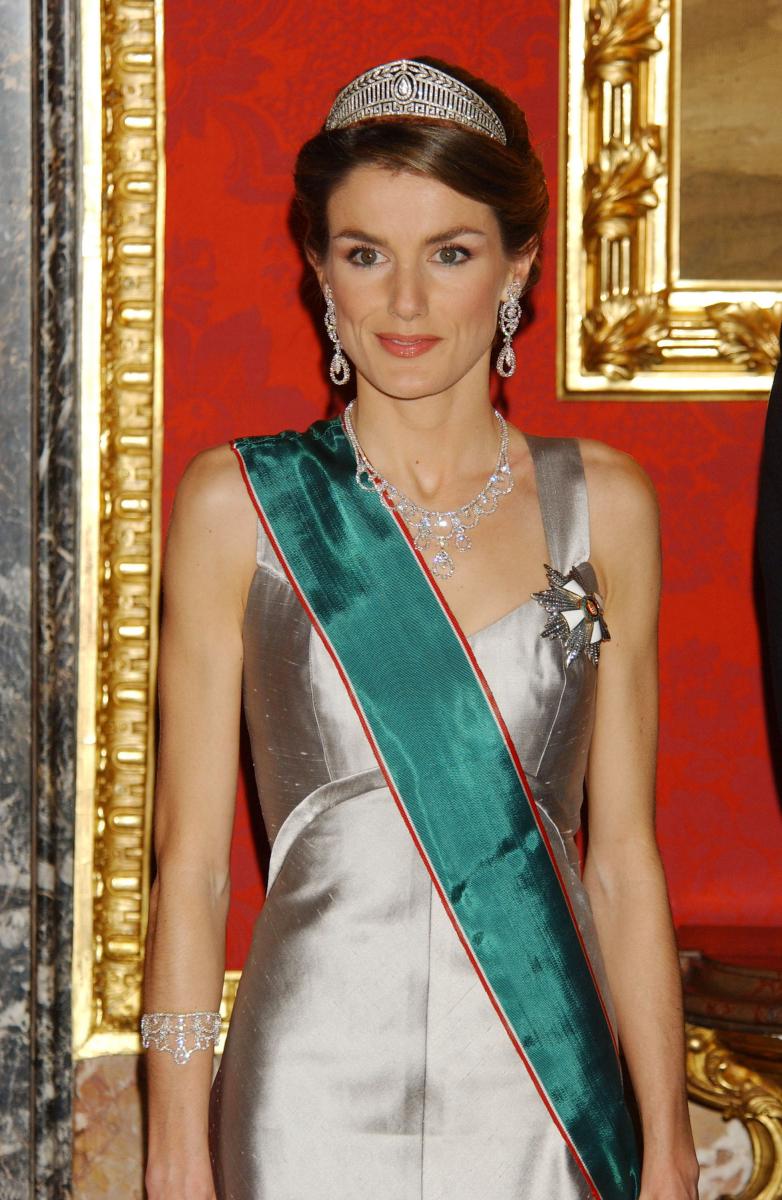 正式に皇太子妃となり、いっそう輝きを増したレティシア妃。2005年にハンガリー首相夫妻とのディナーで披露したドレス姿は、まさにプリンセスそのもの! スペインの新たなファッションアイコンとして、あらゆるメディアで特集が組まれるように。