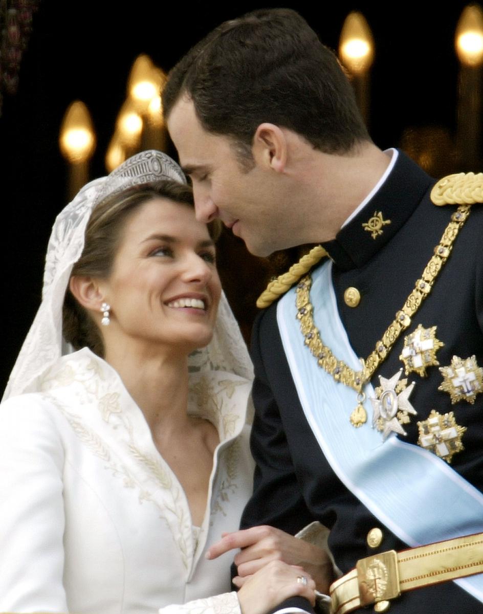 2004年5月22日、マドリードのアルムデナ大聖堂でついに挙式。スペインで皇太子の結婚式が行われるのは約100年ぶりだったこともあり、国民の注目度も歴代きっての高さ。フェリペ6世の腕をぎゅっとつかみ、笑顔を見せるレティシア妃がキャッチされた。