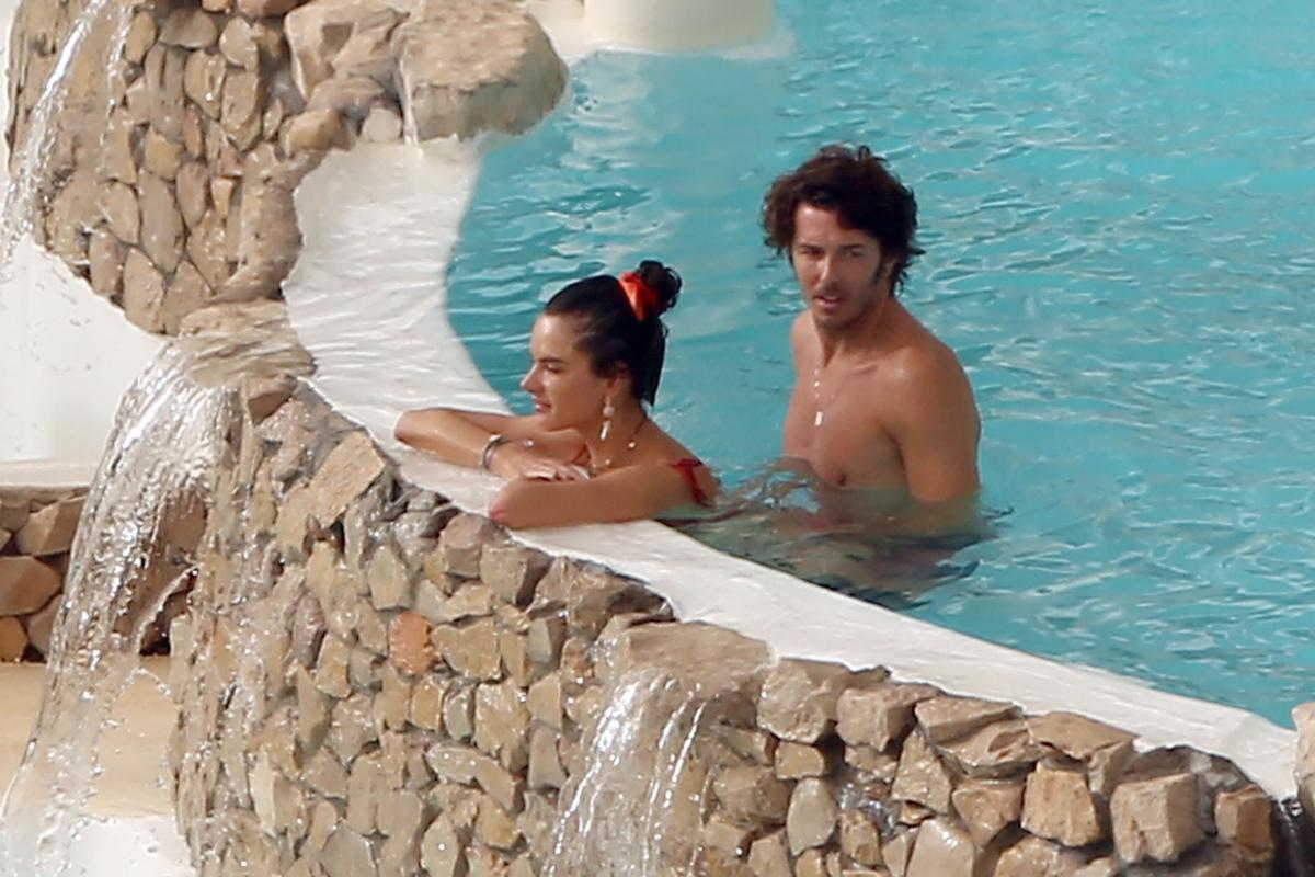 もうすぐ交際1年を迎えるイタリア人の恋人ニコロ・オディとジャグジーでいちゃつく様子もキャッチ。