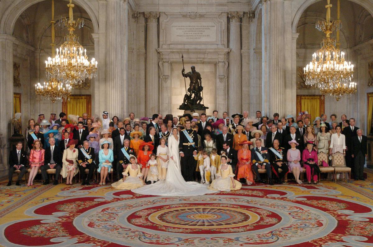 レティシア妃のウェディングドレスは、スペインを代表するデザイナー、マヌエル・ペルテガスが担当。シャープな襟元、裾にかけて刺しゅうが広がるエレガントなデザインは、華やかなロイヤルファミリーに囲まれても圧倒的な存在感!(2004年)