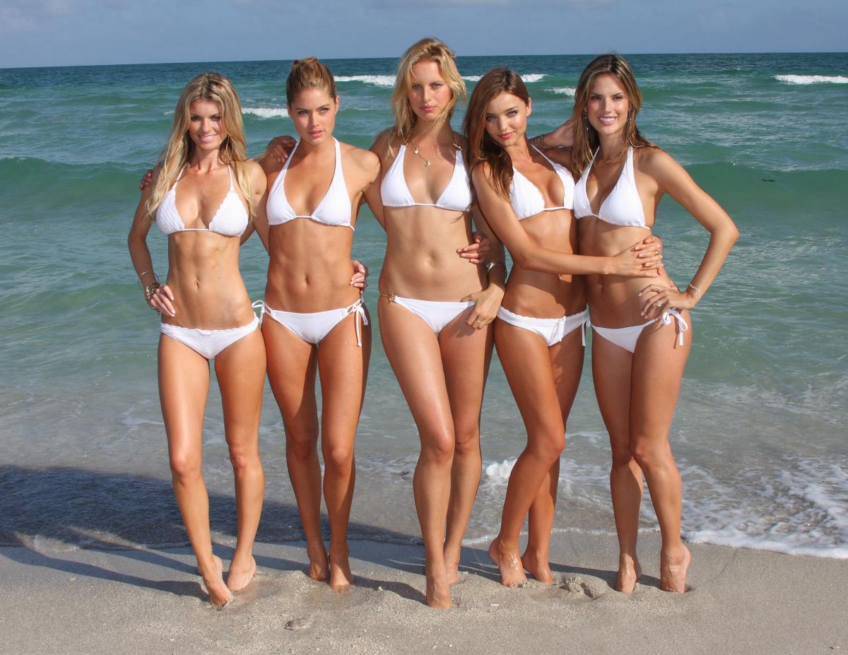 マイアミで開催された、2008年のランウェイショー。クルーザーに乗って現れたエンジェルたちは、そのままビーチでまばゆいビキニ姿を披露!