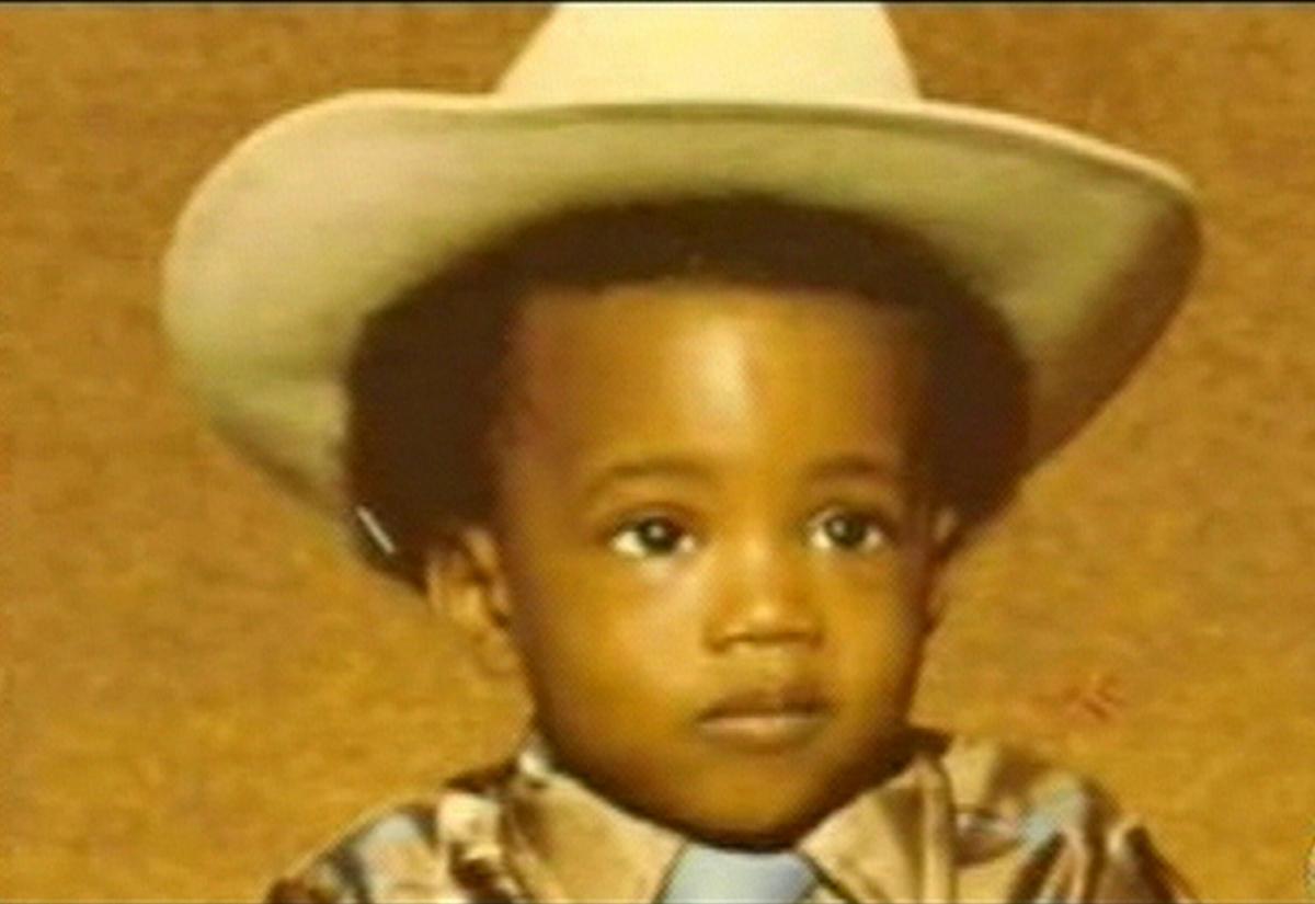 1977年、アトランタで生まれたカニエ。父レイは『アトランタ・ジャーナル・コンスティテューション』紙の黒人初のフォトジャーナリスト、母ドンダ(享年58)はシカゴ州立大学の英語教授。3歳のときに両親が離婚すると、母に引き取られる。ちなみに「カニエ」は、スワヒリ語で「オンリーワン」という意味だそう。