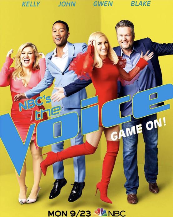 2014年、人気オーディション番組『ザ・ヴォイス』の審査員になると、エピソードごとに披露されるグウェンのファッションが評判を呼ぶ。ちなみに共演者のひとりは、のちに交際するカントリー歌手のブレイク・シェルトン(43・右)。