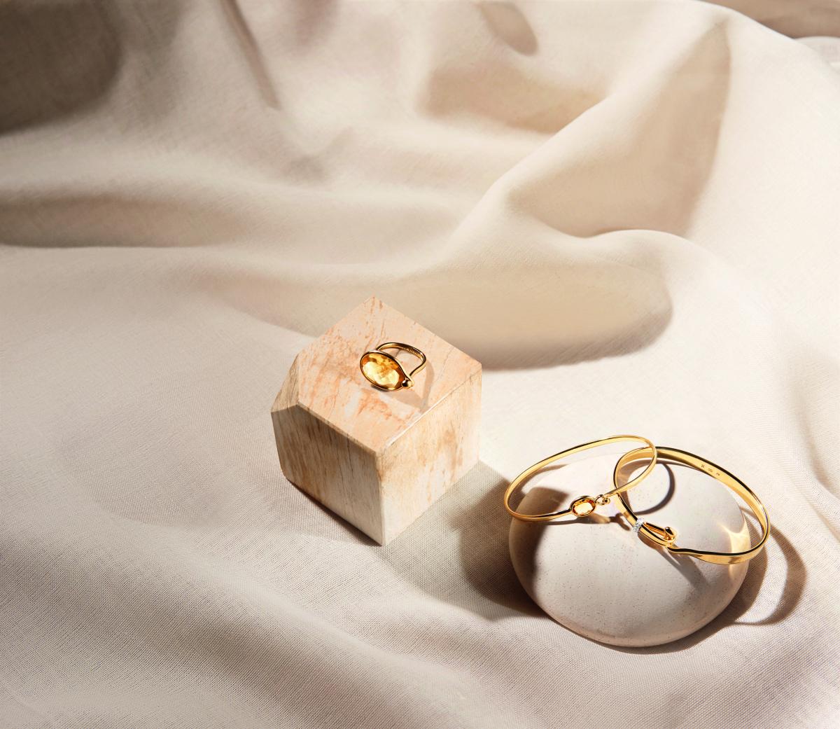 温かみのあるゴールドと、プレシャスストーンの輝きのマリアージュ