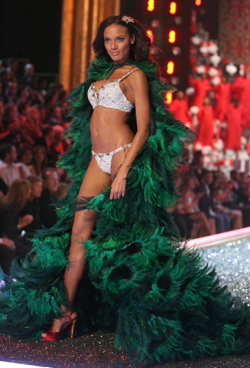 2007年に発表されたのは、「ホリデー ファンタジー ブラ」(約5億円)。キュートなクリスマスモチーフとモミの木ローブがベストマッチ。モデルは、ケイマン諸島出身のセリタ・エバンクス。